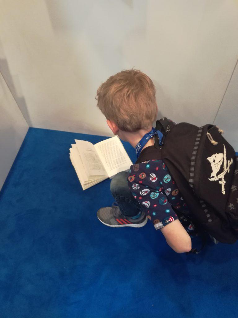 Bild mit lesendem Jungen