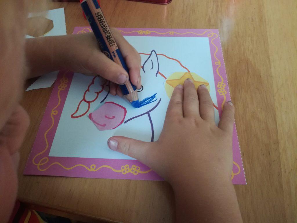 Das Einhornbild wird vom Kind ausgemalt