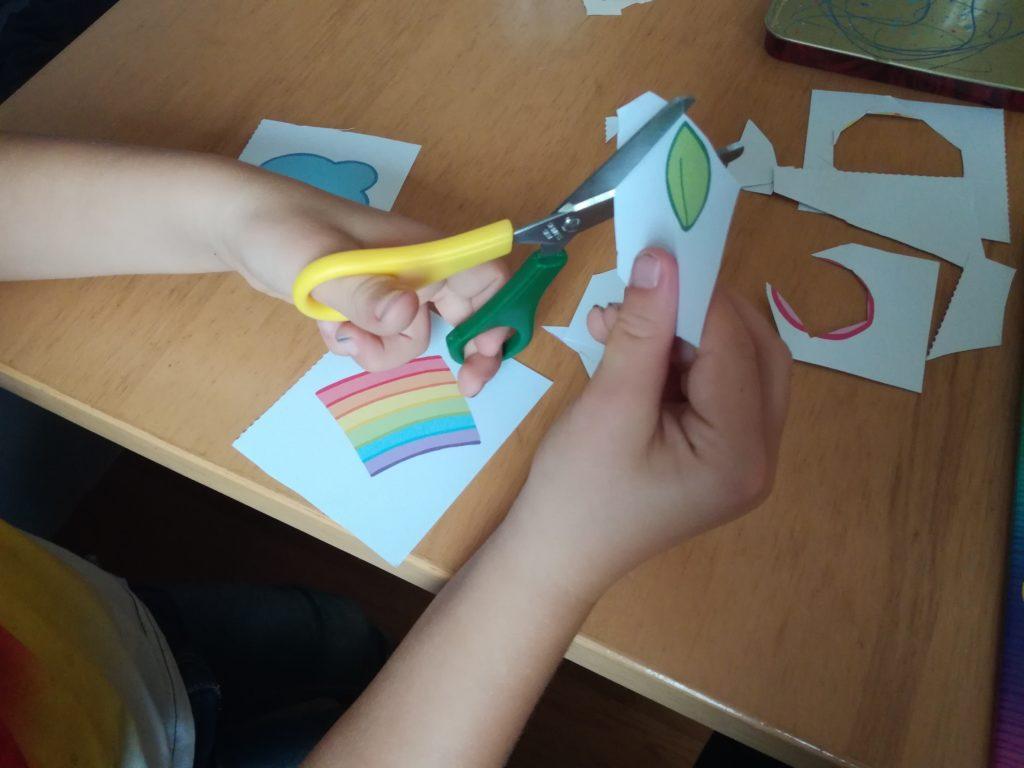 Kind schneidet passende Teile aus