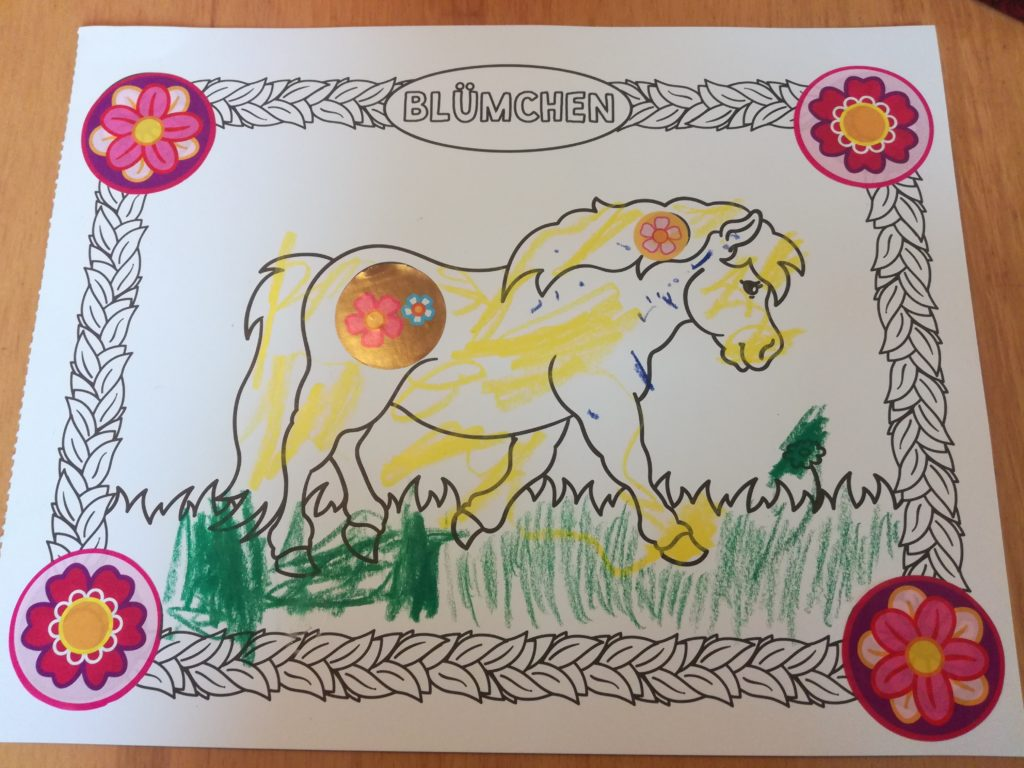 Das fertige Bild vom Pony Blümchen, angemalt und mit Stickern